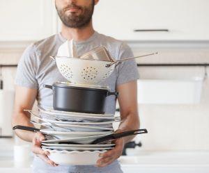 Faut-il demander à son mec de faire la vaisselle pour sauver son couple ?