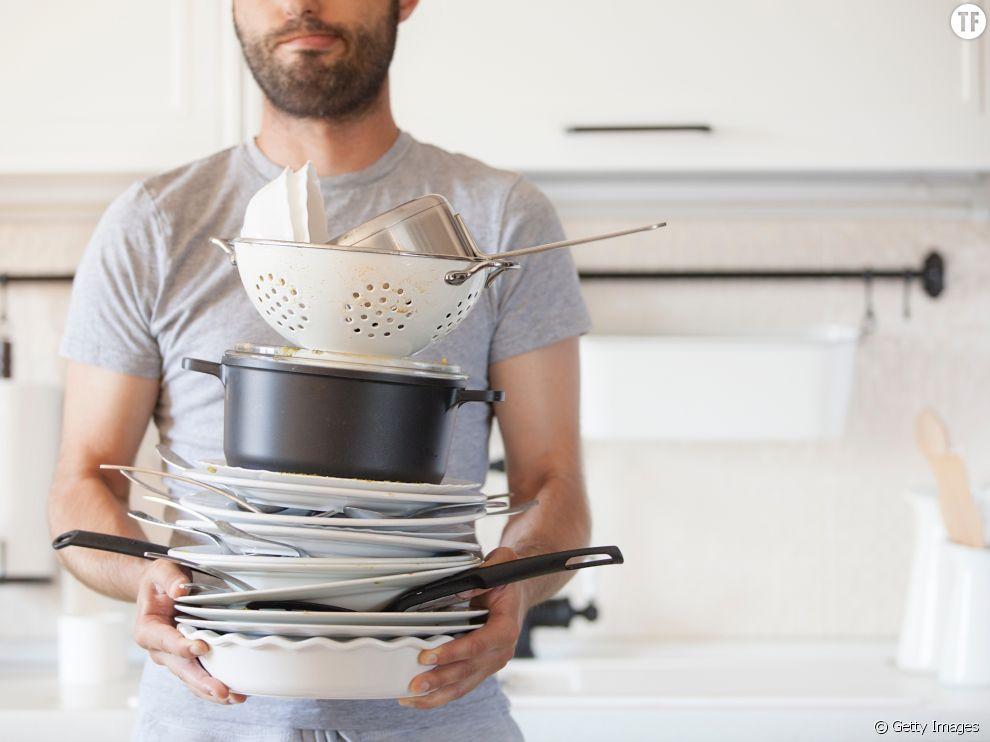 Homme qui fait la vaisselle