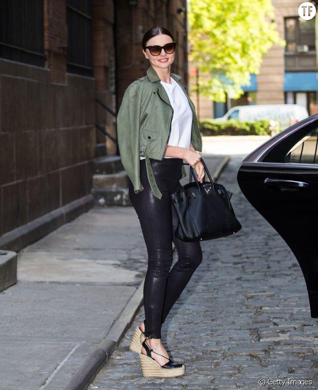 Miranda Kerr porte les espadrilles compensées