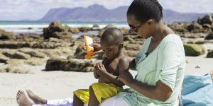 Faut-il interdire les crèmes solaires pour sauver nos océans ?