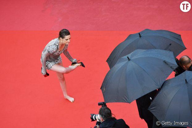 Kristen Stewart enlève ses chaussures au Festival de Cannes 2018 sur le tapis rouge