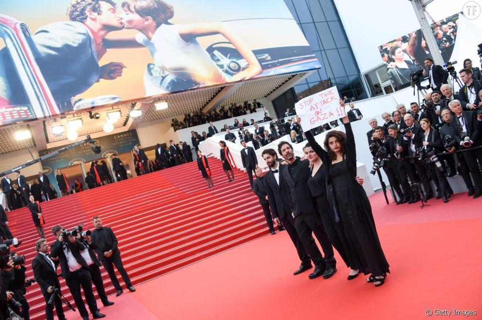 L'actrice Manal Issa et sa pancarte en soutien aux Palestiniens