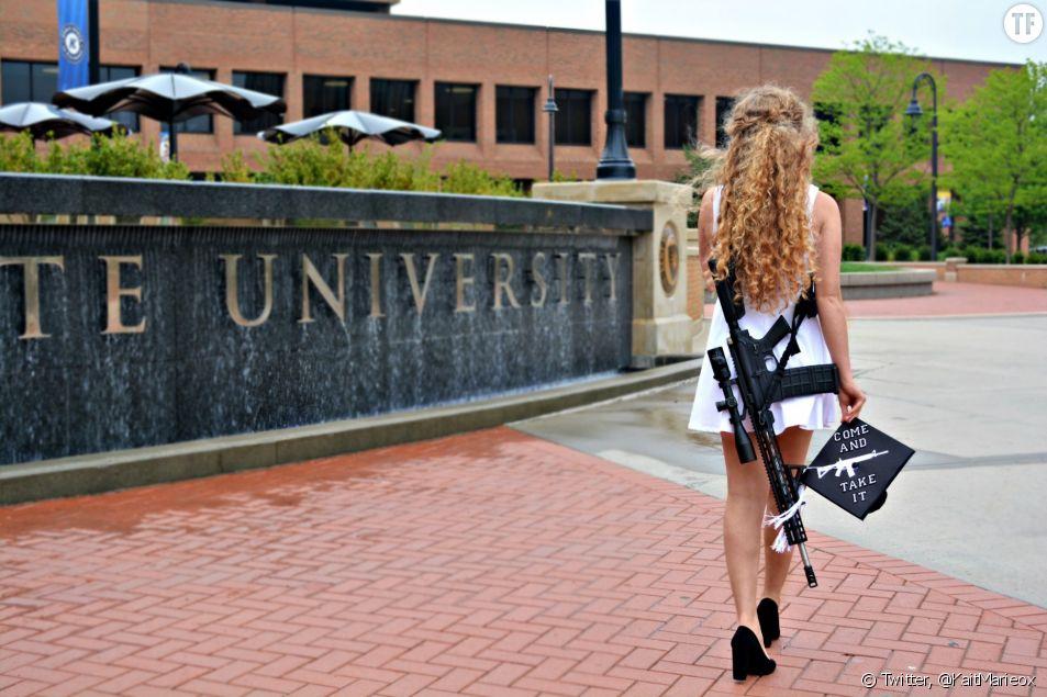 L'étudiante américaine Kaitlin Bennett porte fièrement une arme à sa cérémonie de diplôme