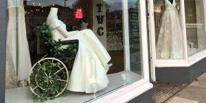 Une boutique expose une robe de mariée en fauteuil roulant : les internautes applaudissent