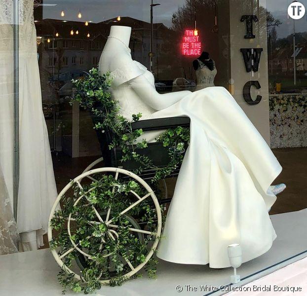 Cette boutique expose une robe de mariée en fauteuil roulant