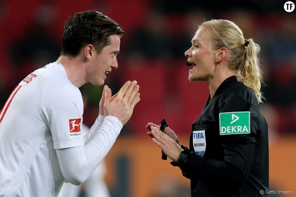 L'arbitre Bibiana Steinhaus pendant le match Augsbourg Bayern munich
