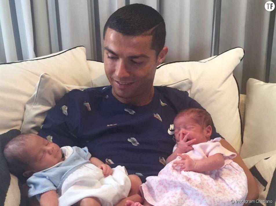 Cristiano Ronaldo avec ses jumeaux Mateo et Eva