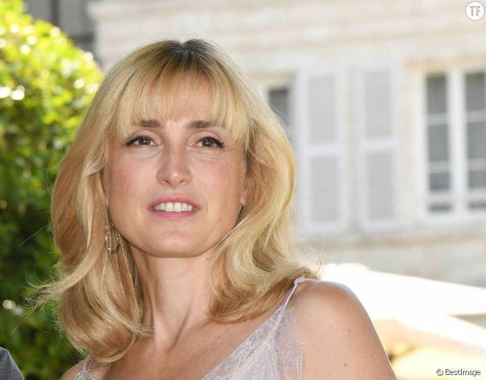 Julie Gayet soutient Brigitte Macron après le commentaire sexiste de Jair Bolsonaro