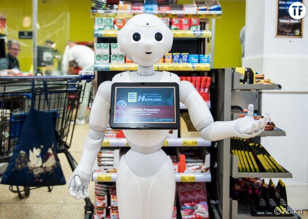 Robot d'accueil à la caisse d'un supermarché