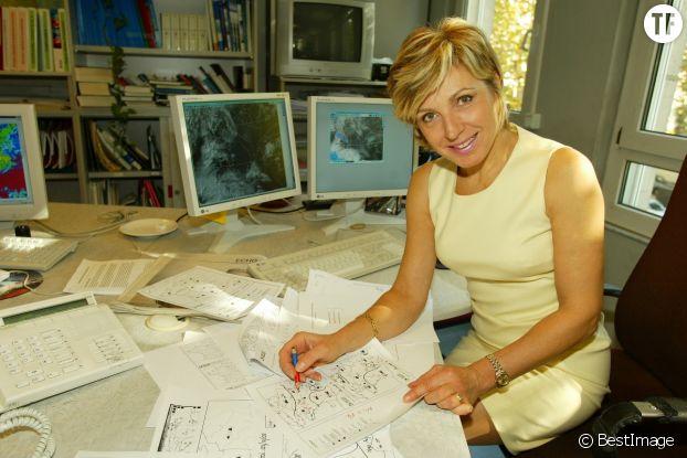 Evelyne Dhéliat prépare son bulletin météo pour le journal télévisé de TF1.
