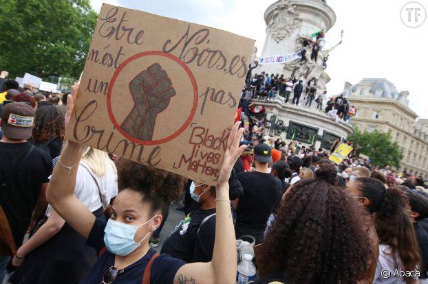 Une manifestante lors du rassemblement du 13 juin, place de la République, à Paris.