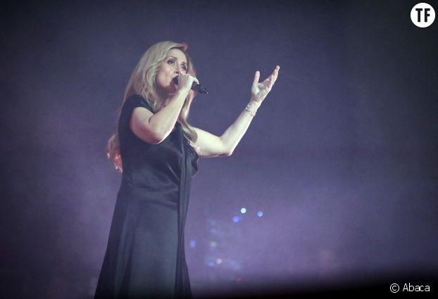 La chanteuse ouvre la voix.