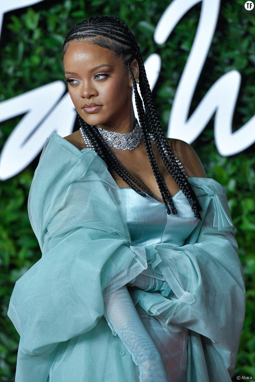 Pourquoi le collier de Rihanna sur Instagram fait tant réagir