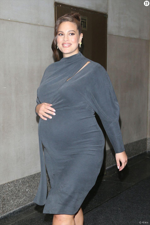 """Ashley Graham tacle les """"conseils non-sollicités"""" donnés aux jeunes mamans"""