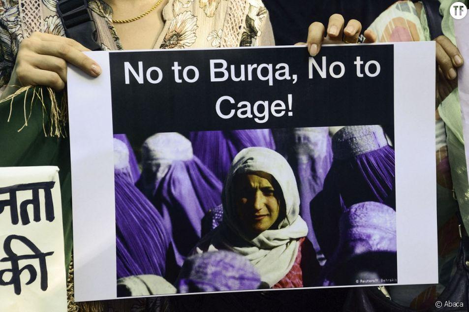 Une manifestante tient une pancarte lors d'une manifestation anti-talibans à New Delhi, en Inde, le 23 août 2021.