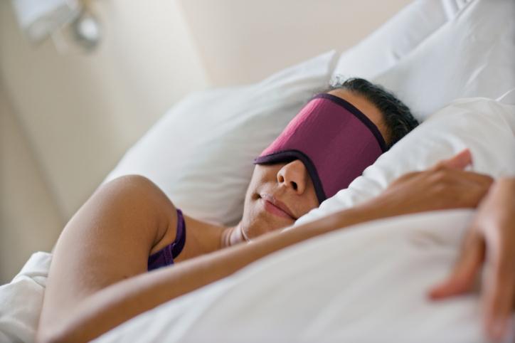 Femme dormant avec un masque de nuit