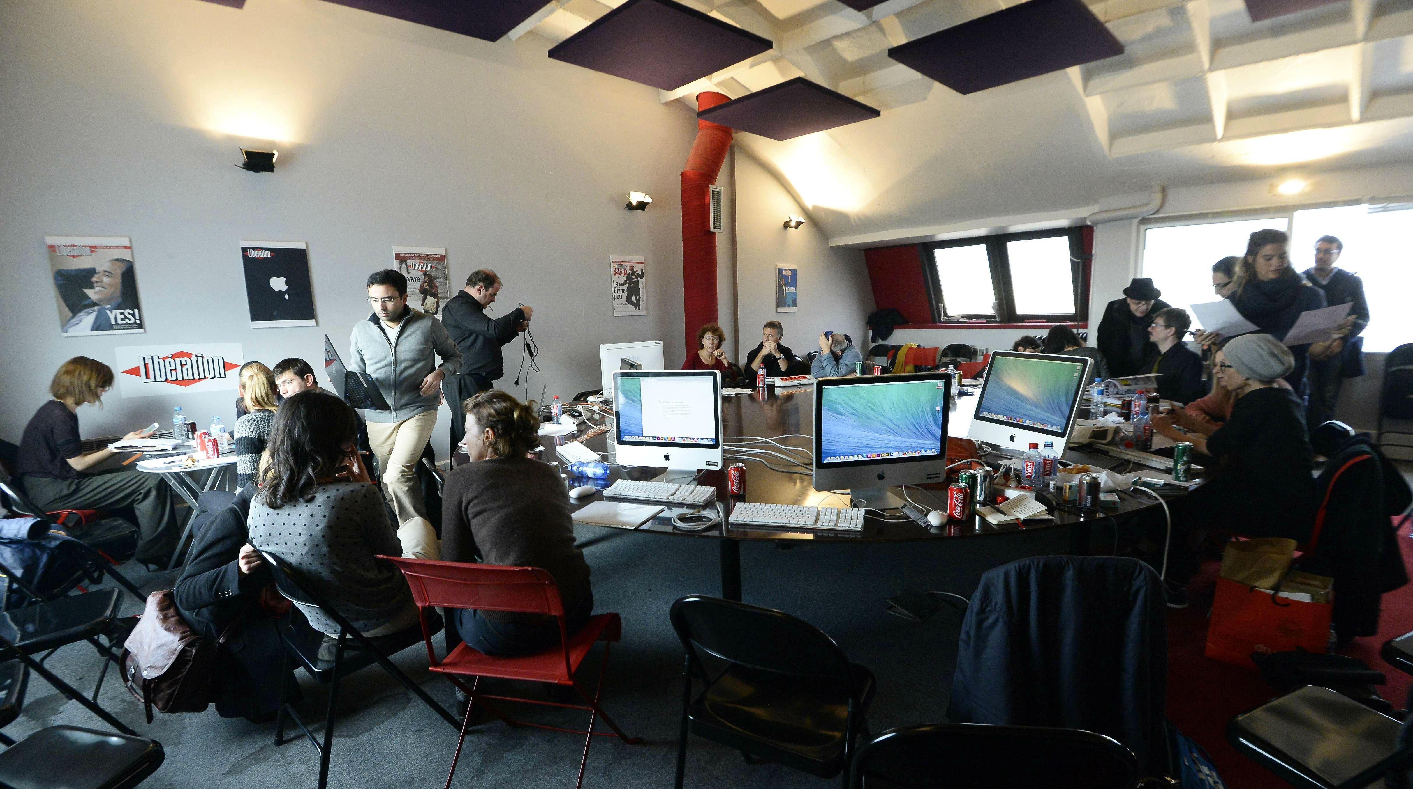 La rédaction de Charlie Hebdo en plein travail le 10 janvier 2015 dans les locaux de Libération.
