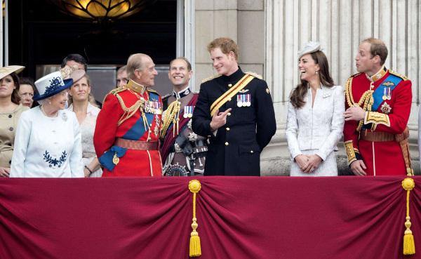 La reine Elizabeth II et la famille royale saluant la foule le 14 juin 2014